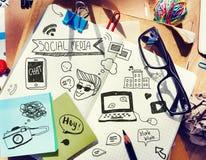 Bureau avec des outils et des notes au sujet de media social photos libres de droits