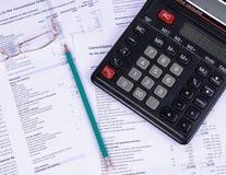 Bureau avec des papiers se trouvant une calculatrice et un crayon Images libres de droits