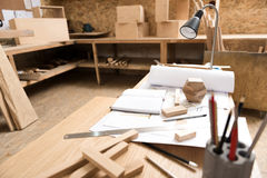 Bureau avec différents instruments là-dessus dans l'atelier Image libre de droits