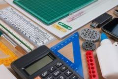 Bureau avec l'école stationnaire ou les outils de bureau L'ensemble plat de configuration de studio de papeterie d'école d'artist Photo libre de droits