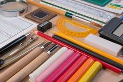 Bureau avec l'école stationnaire ou les outils de bureau L'ensemble plat de configuration de studio de papeterie d'école d'artist Photographie stock