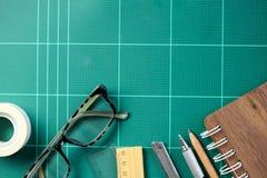 Bureau avec l'école stationnaire ou les outils de bureau Ensemble plat de configuration d'art photos stock