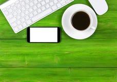 Bureau avec l'espace de copie Dispositifs de Digital clavier, souris et smartphone sans fil avec l'écran vide sur la table en boi Photographie stock libre de droits
