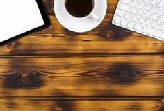 Bureau avec l'espace de copie Dispositifs de Digital clavier, souris et tablette sans fil avec l'écran vide sur brûlé en bois Images libres de droits