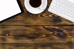 Bureau avec l'espace de copie Dispositifs de Digital clavier, souris et tablette sans fil avec l'écran vide sur brûlé en bois Images stock