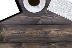 Bureau avec l'espace de copie Dispositifs de Digital clavier, souris et tablette sans fil avec l'écran vide sur la table en bois  Photographie stock
