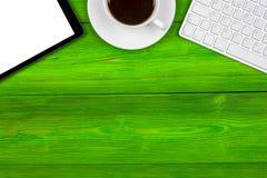 Bureau avec l'espace de copie Dispositifs de Digital clavier, souris et tablette sans fil avec l'écran vide sur la table en bois  Photos libres de droits