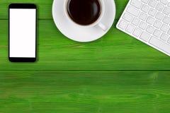 Bureau avec l'espace de copie Dispositifs de Digital clavier, souris et tablette sans fil avec l'écran vide sur la table en bois  Photographie stock libre de droits