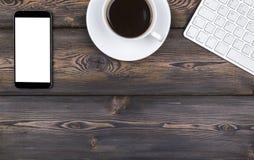 Bureau avec l'espace de copie Dispositifs de Digital clavier, souris et tablette sans fil avec l'écran vide sur la table en bois  Image stock