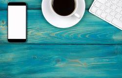 Bureau avec l'espace de copie Dispositifs de Digital clavier, souris et tablette sans fil avec l'écran vide sur la table en bois  Photo libre de droits