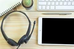 Bureau avec l'espace de copie Les dispositifs de Digital clavier et souris sans fil sur la table de bureau avec le bloc-notes et  photo libre de droits