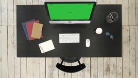 Bureau avec l'ordinateur et l'écran vus à la caméra Affichage vert de maquette d'écran clips vidéos