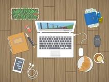 Bureau avec l'ordinateur portable courant le media player, personnels, téléphone avec des messages, montre intelligente, écouteur Image libre de droits