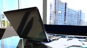 Bureau avec l'ordinateur portable et l'équipement Photographie stock libre de droits