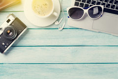 Bureau avec l'ordinateur portable, le café et l'appareil-photo Image libre de droits