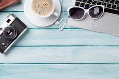 Bureau avec l'ordinateur portable, le café et l'appareil-photo Images libres de droits