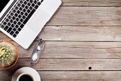 Bureau avec l'ordinateur portable, le café et les verres Images libres de droits