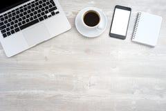 Bureau avec l'ordinateur portable, smartphone Photographie stock libre de droits