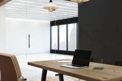 Bureau avec l'ordinateur portable vide Images stock