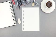 Bureau avec la feuille, le bloc-notes, les crayons et la tasse de café de papier, t Images stock