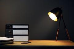 Bureau avec la lampe et les reliures à anneaux photo stock