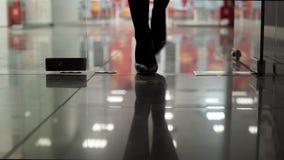 Bureau avec la porte en verre et aller jambes femelles dans des chaussures noires clips vidéos