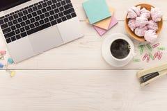Bureau avec la tasse de café et l'ordinateur portable, l'espace de copie Photos libres de droits