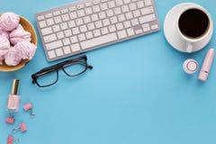 Bureau avec la tasse de café et les verres, l'espace de copie Photo stock