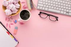 Bureau avec la tasse de café et les verres, l'espace de copie Image stock