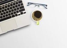 Bureau avec la tasse du café et de l'ordinateur portable Photo stock