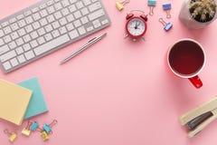 Bureau avec la tasse et le clavier de café avec l'espace de copie Images libres de droits
