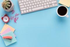 Bureau avec la tasse et le clavier de café avec l'espace de copie Photo stock