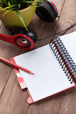 Bureau avec le bloc-notes et les écouteurs Photos stock