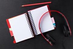 Bureau avec le bloc-notes et les écouteurs Image libre de droits
