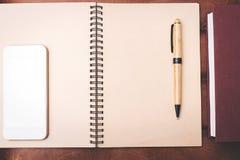 Bureau avec le bloc-notes et le téléphone portable photo libre de droits