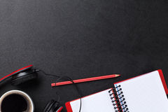 Bureau avec le bloc-notes, le café et les écouteurs Photos libres de droits