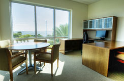 Bureau avec le bureau et les présidences Photographie stock