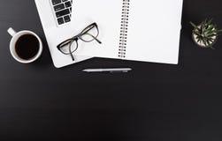Bureau avec le carnet, table de vue supérieure de bloc-notes de ci-dessus avec l'espace de copie Photographie stock