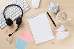 Bureau avec le casque, le bloc-notes et le PC Photos libres de droits