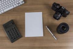 Bureau avec le clavier et la calculatrice d'appareil-photo Photo libre de droits