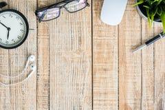 Bureau avec le clavier, les verres d'oeil, la souris et le stylo Photographie stock