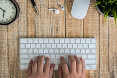 Bureau avec le clavier, les verres d'oeil, la souris et le stylo Photos stock