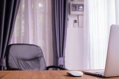 Bureau avec le dos de l'ordinateur portable, carnet dans la chambre photos libres de droits