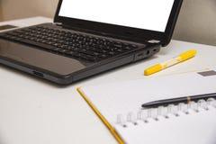 Bureau avec le livre d'ordinateur portable et le fond de local commercial Photos libres de droits