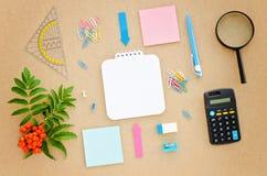 Bureau avec le papier, le stylo, la calculatrice, la loupe et la règle Images stock