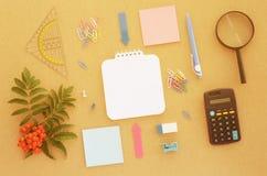 Bureau avec le papier, le stylo, la calculatrice, la loupe et la règle Image stock