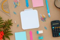 Bureau avec le papier, le stylo, la calculatrice, la loupe et la règle Photo libre de droits