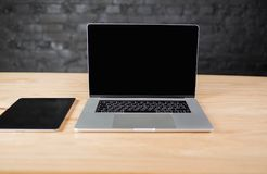 Bureau avec le pavé tactile et le filet-livre portatif Espace de travail moderne avec des instruments Photo libre de droits