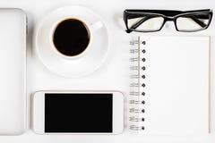 Bureau avec le smartphone et d'autres articles Photos stock