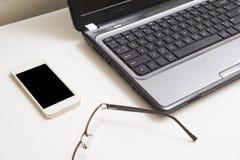 Bureau avec le téléphone d'ordinateur portable et le backgrou futés de local commercial Photo libre de droits